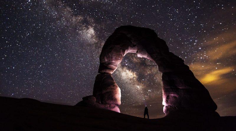 Lindo arco de pedras iluminado e ao fundo o cosmos. A Filosofia e a Astronomia: instâncias em que o Thauma aparece