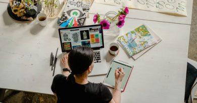 Funcionário em uma mesa com vários objetos. Inteligências Aplicadas no Ambiente de Trabalho