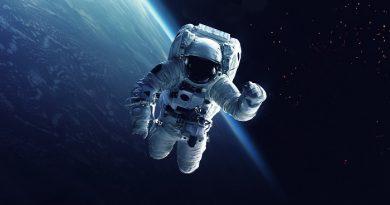 """Astronauta no Espaço e a Terra ao fundo. O Ser humano em um processo de Desterritorialização, os """"movimentos"""", o Tempo e o poder no conhecimento, especialmente na Astronomia."""
