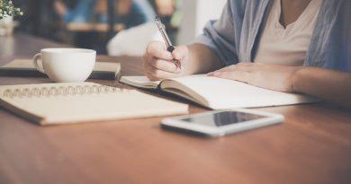 Uma pessoa escrevendo no caderno. Algumas Considerações quanto a Cosmologia e Astronomia.