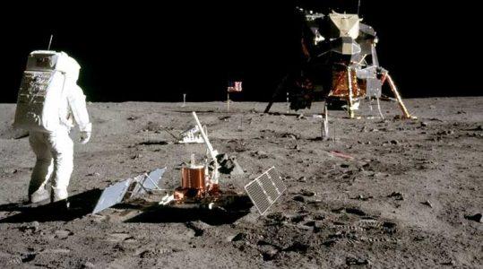 """Foto homem na Lua. A Astronomia, """"as viagens espaciais"""" e o marketing dentro da Indústria Cultural."""