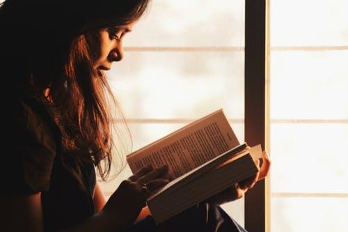 Uma pessoa lendo um livro. Comentários Finais e Referências Bibliográficas