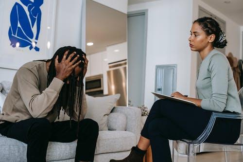 Uma pessoa aparente estar fazendo análise com uma psicóloga. O que é Big Brother, quem é o Big Brother e como surgiu o Big Brother?