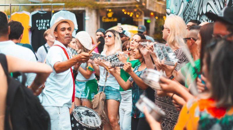 Pessoas brincando no Carnaval. O que é Carnaval, qual é a origem do Carnaval