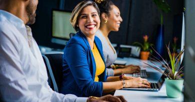 Pessoas no trabalho sorrindo. A Importância do Pessoal na Pequena Empresa; O que é Marketing Interno ou Endomarketing?