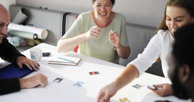 Pessoas em uma mesa aparentam estar em um jogo diferente. Comunicação, Integração e as Questões Culturais no Marketing Interno (ou Endomarketing)