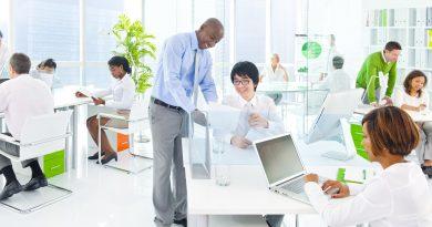 Foto de pessoas em um ambiente de trabalho físico e Social.