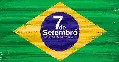 Uma Bandeira do Brasil e ao centro dentro da bola a inscrição 7 de Setembro independência do Brasil.