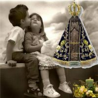 Duas Criança ao lada da Imagem de Nossa Senhora de Aparecida. 12 de Outubro, dia de Nossa Senhora Aparecida e dia das Crianças.