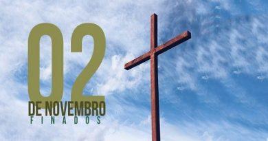 Uma Cruz com um lindo céu azul ao fundo e ao lado da Cruz a inscrição 02 de novembro Finados.