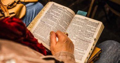 Uma pessoa lendo a bíblia. O Mundo que se Diz Cristão e suas leis não Cristãs