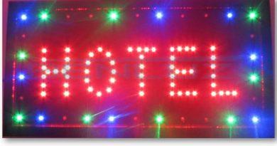 Um Letreiro luminoso com a palavra Hotel. Veja a Peça de Teatro O Hotel