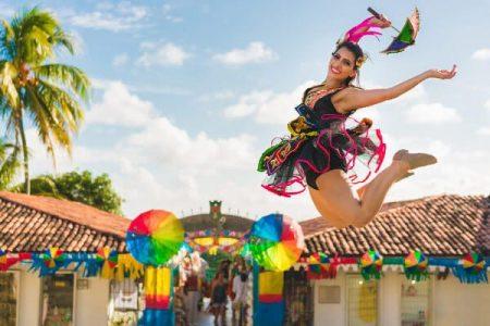 Uma moça saltando e dobrando as pernas um paço de frevo. Quando é o Carnaval e quando é definida essa data?