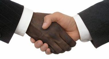 """Branco e negro se cumprimentando. Os Brancos, Amarelos e Índios são """"mutações"""" do homem original Negro"""