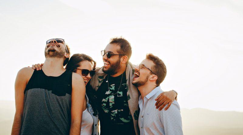 Quatro pessoas sorrindo uma delas olhando para o céu. A Felicidade e a Alegria não devem ser violadas, corrompidas, mexidas
