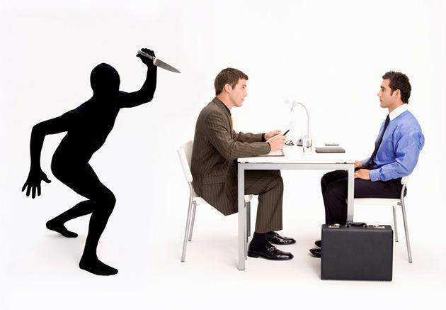 Uma foto montada com uma sombra com faca em punho como se fosse atacar pelas costas um colega de trabalho. Então, É possível confiar nos colegas de trabalho?