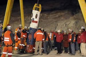 Os Mineiros sendo retirados de baixo da terra. Os Mineiros do Chile. Maior parto do Planeta Terra