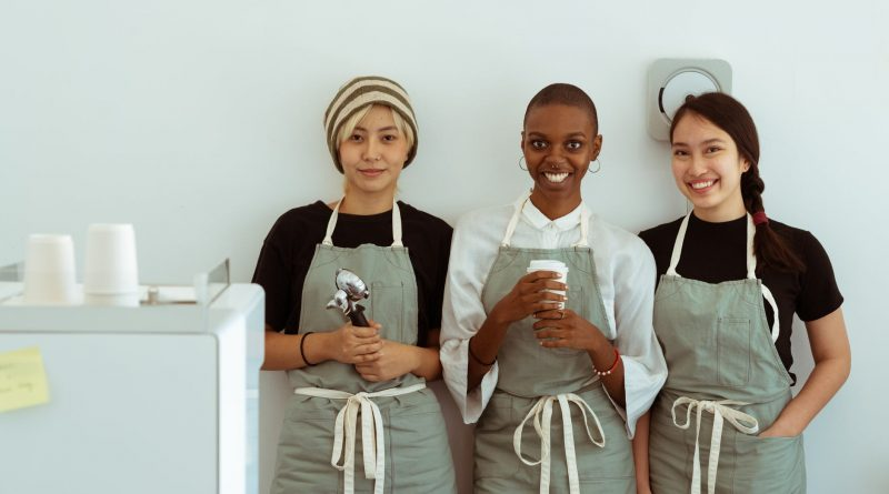 Pessoas felizes no trabalho pousam para uma foto. Um Bom Ambiente de Trabalho é Fruto da Sorte
