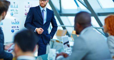 Gerente fazendo uma reunião. O Dilema Gerencial nas Indústrias em décadas passadas.