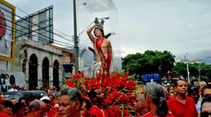 Imagem de São Sebastião envolta em flores em uma Procissão. São Sebastião Padroeiro da Cidade do Rio de Janeiro.