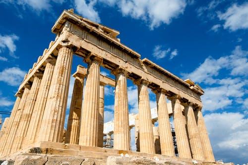 Pilares antigos em ruina. Os quatro Pilares da Vida