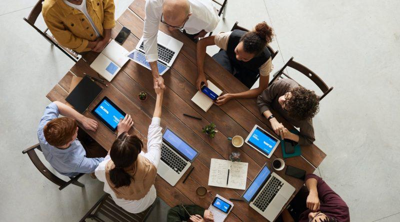 Pessoas em uma mesa de trabalho. Satisfação Intrínseca no Cargo e o Feedback