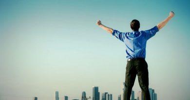 Uma pessoa com os braços no alto demonstrando sinal de vitória. Características, Atitudes e Aplicabilidade de um Líder Vencedor.