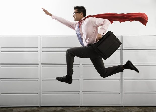Um executivo arrumado de terno com sua maleta e correndo como um super herói inclusive com uma capa vermelha. O Entusiasmo não deixa o Trabalho Cansar.