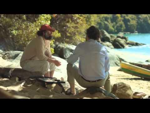 Um Pescador conversando com um homem de Negócios à beira do mar.