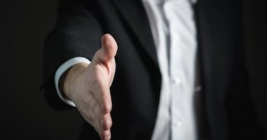 Vendedor estendendo a mão para cumprimentar, Venda Mais com Qualidade! Venda Ideias.