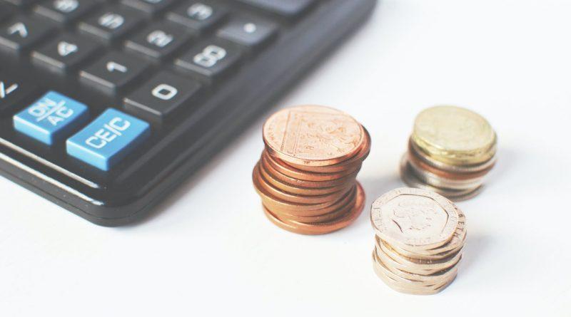 """Uma calculadora e montes de moeda. Gestão de Preços. Uma das gestões contidas nos 4 """"Ps"""" do Mix de Marketing"""