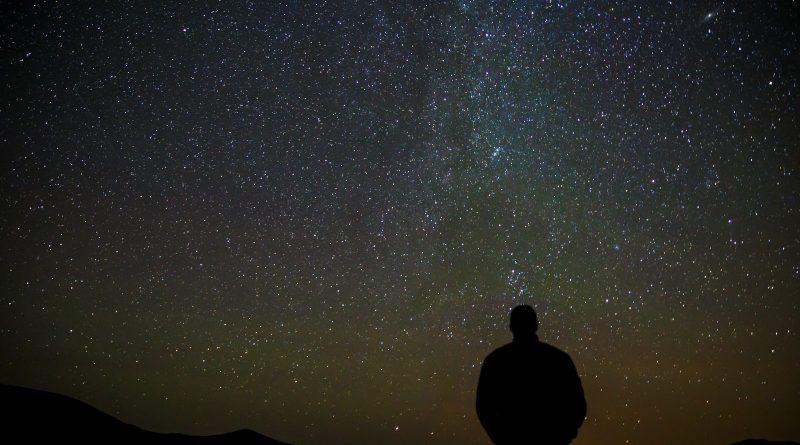 Silhueta de uma pessoa observando o céu estrelado. Filosofia e Cosmologia: A Physis e o Thauma Sempre Presentes