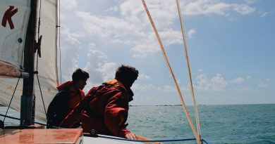 Duas pessoas sozinhas em um barco à vela no alto mar. O Esquecimento do Ser mencionado por Heidegger. E na Astronomia o Esquecimento do Céu.
