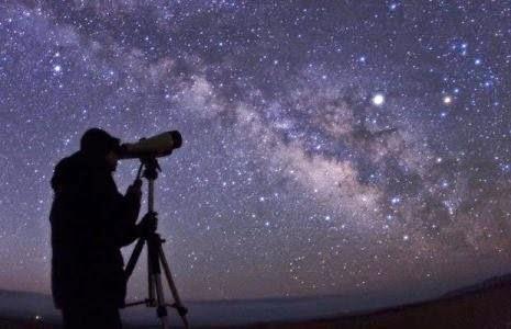 Um Astrônomo observando o Céu com um telescópio. O Astrônomo amador e a Astronomia