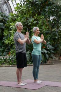 Um homem e uma mulher meditando.