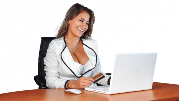 Uma mulher em seu escritório no Notebook. Todas as mulheres ganham menos que os homens.
