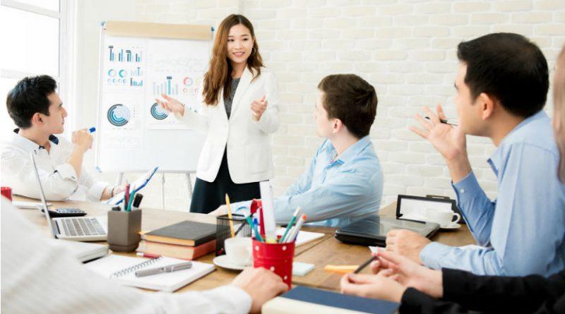 """Pessoas em Treinamento em uma sala. Treinamento, Palestra ou Workshop: """"Gestão de Equipes e Liderança: uma Abordagem prática"""""""