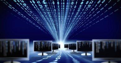"""Várias telas de computador estão como se fosse um túnel onde saem os números 0 e 1 do piso e do teto, daí a afirmação quanto a Importância do """"Sistema de Informação"""" nas Empresas."""