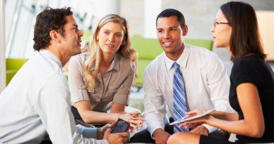 Pessoas interagindo alegremente. A Aprendizagem e as Relações Interpessoais no Ambiente de Trabalho