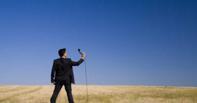 Home mostrando um aparelho telefônico para o Céu