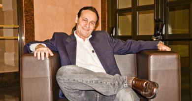 Entrevista com o Gestor Benito Pepe que está sentado em uma bela poutrona.