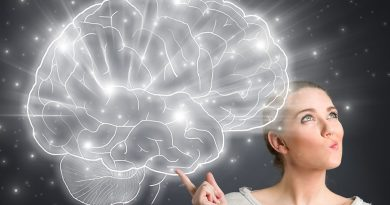 Uma pessoa segurando um esquema como se fosse um cérebro. Quais seriam As novas Escravidões dos nossos dias?