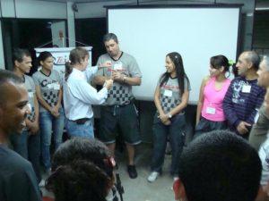 Benito Pepe ministrando curso para vendedores e atendentes.