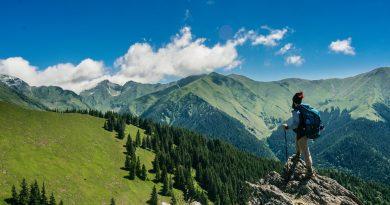 Homem-caminha-em-uma-trilha-no-alto-de-uma-montanha-Feliz-Ano-Novo-e-Sem-Pandemia2