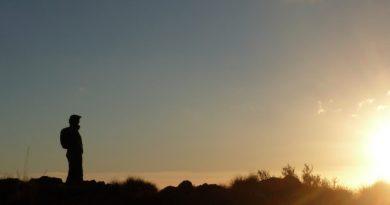 Um Homem com uma Mochila nas costas, como um viajante olhando o por do Sol, parece procura a Deus. Deus é uma experiência que precisa ser vivida.