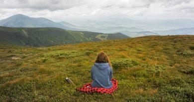 Uma pessoa sentada tranquilamente observando a natureza. É preciso viver com mais calma.