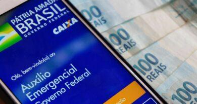Foto de um celular com o aplicativo da Caixa Econômica para o Auxílio Emergencial.