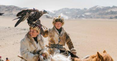 Dois homens à Cavalo com uma águia, indo à Caça. Devem ter Eficiência e Eficácia.