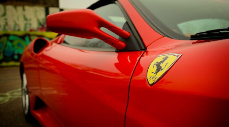 Um carro da Ferrari vermelho em destaque, nos faz lembrar da fórmula 1.