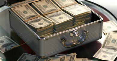 Uma mala cheia de dinheiro, quer ganhas mais dinheiro então gaste menos.